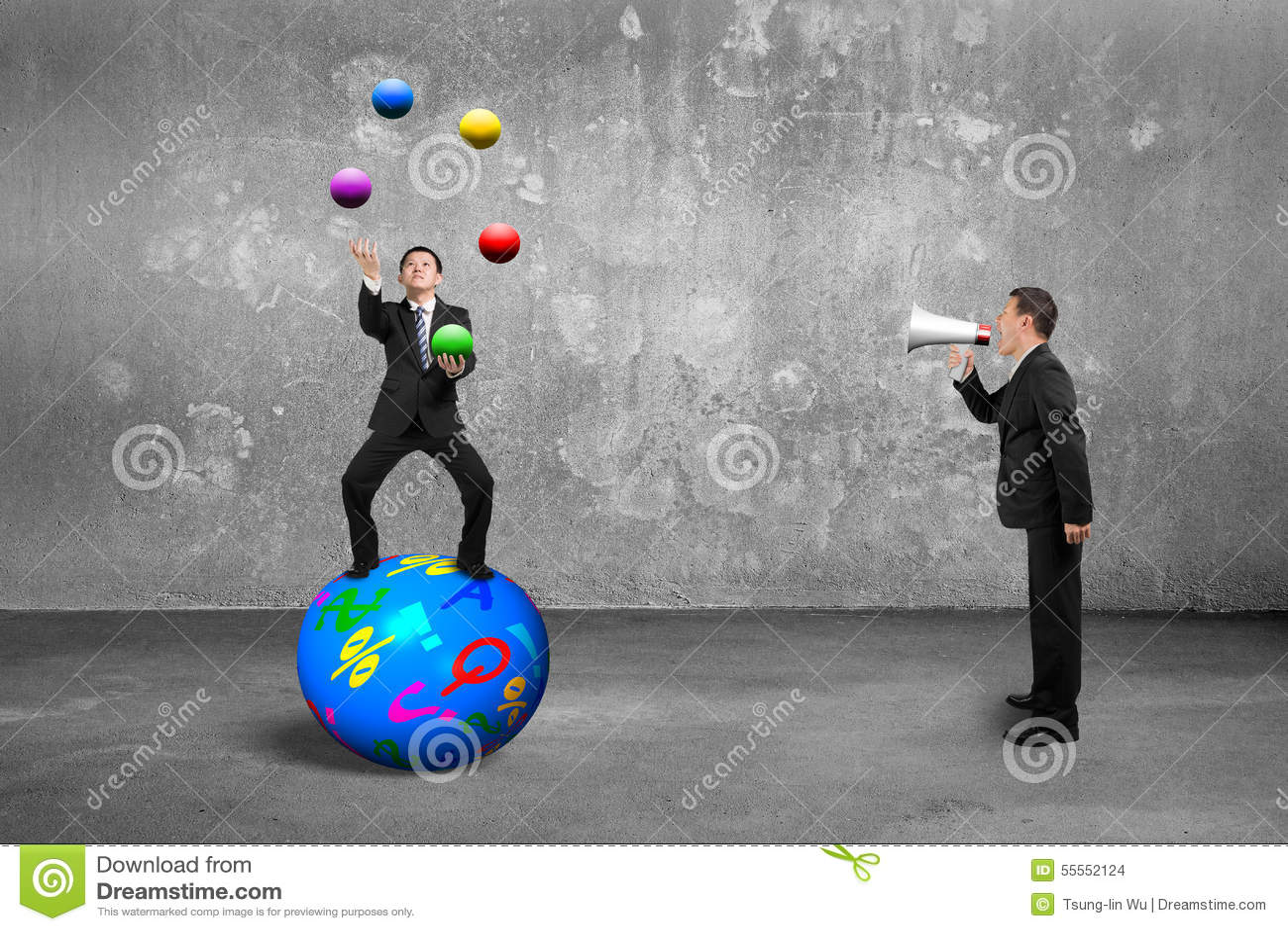 Basa genom att använda högtalaren som skriker affärsmannen som balanserar på sfärjuggl