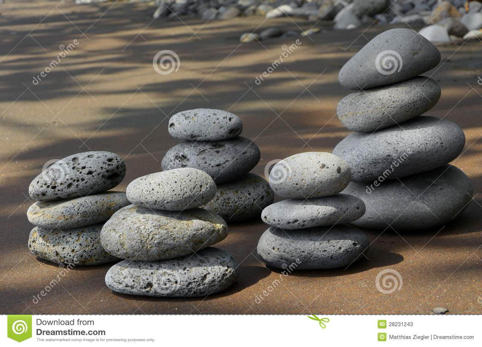 Basaltstenar på strand