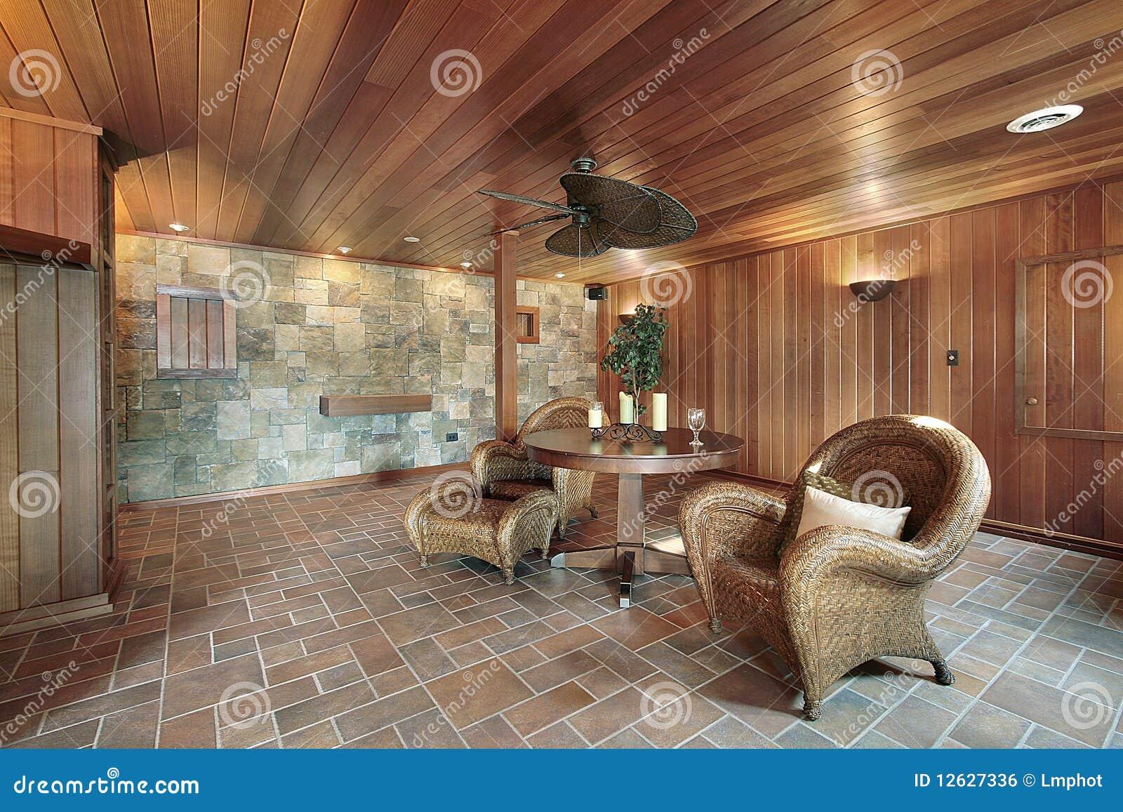Basamento con le pareti di pietra e di legno immagine for Interieur sport musique