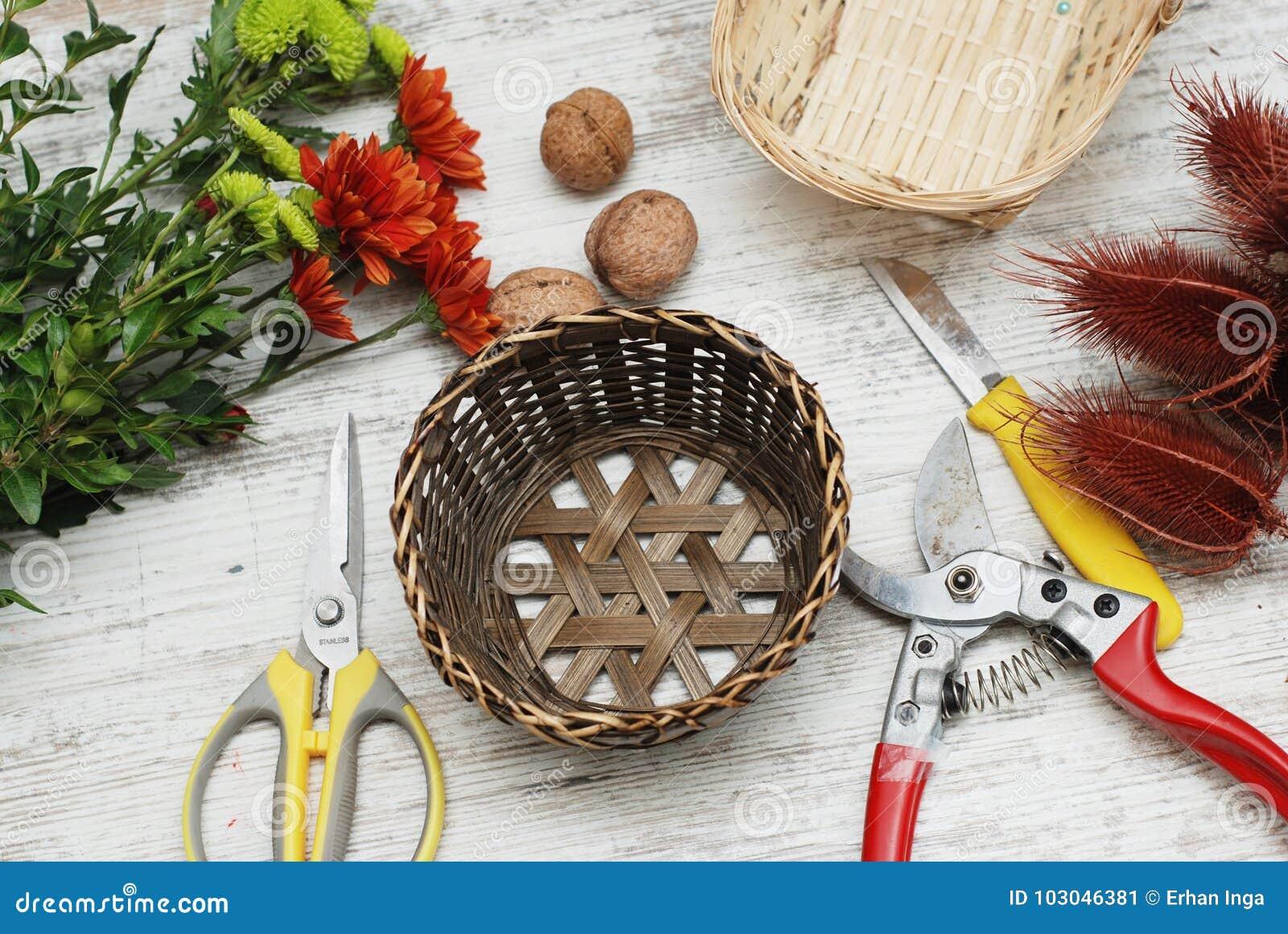 Bascket et outils décoratifs pour créer le bouquet et la carte de voeux sur le bureau Espace de travail ou table de fleuriste