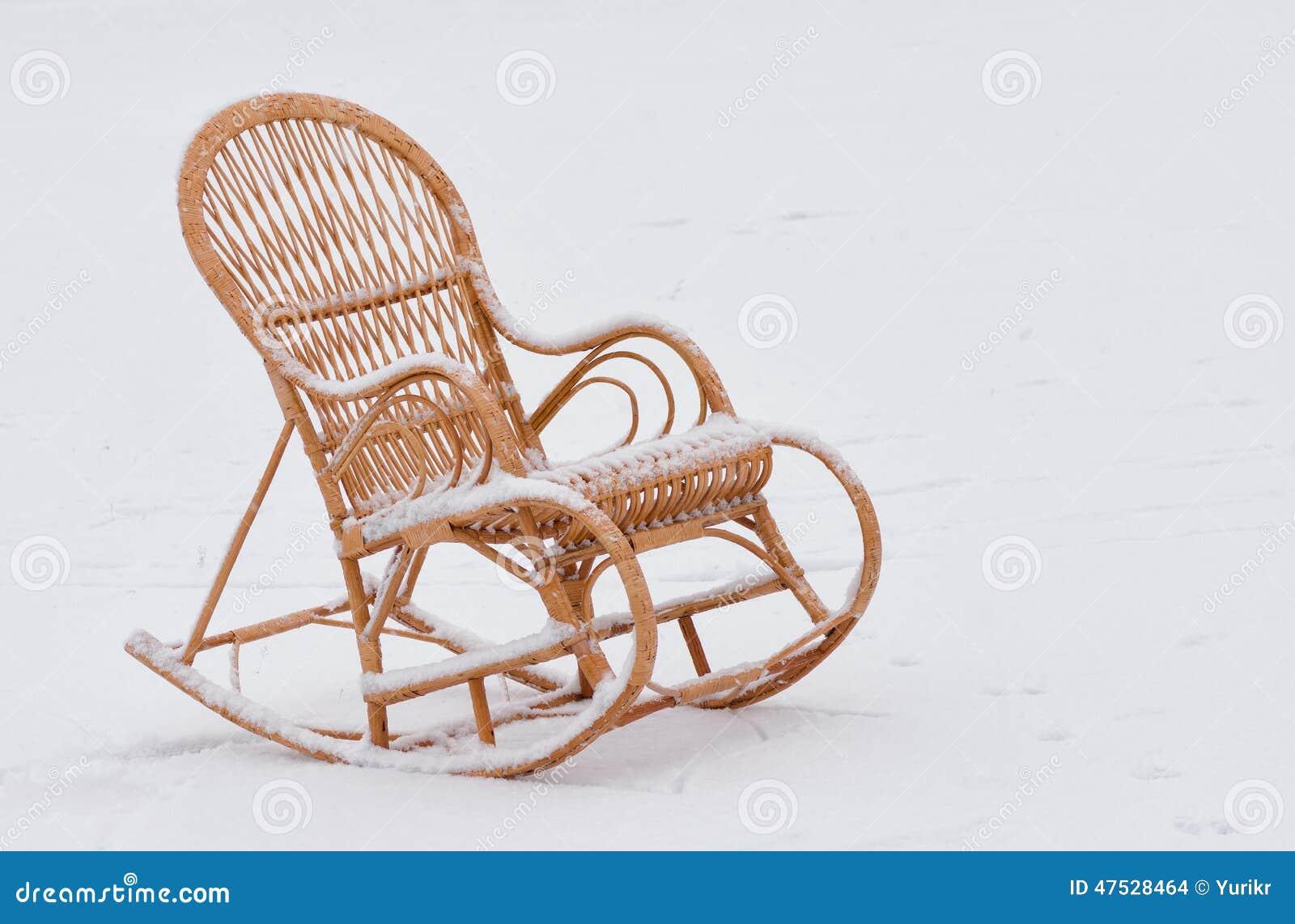 Basculer chaise en osier sur la neige fra che photo stock - Chaise enfant en osier ...