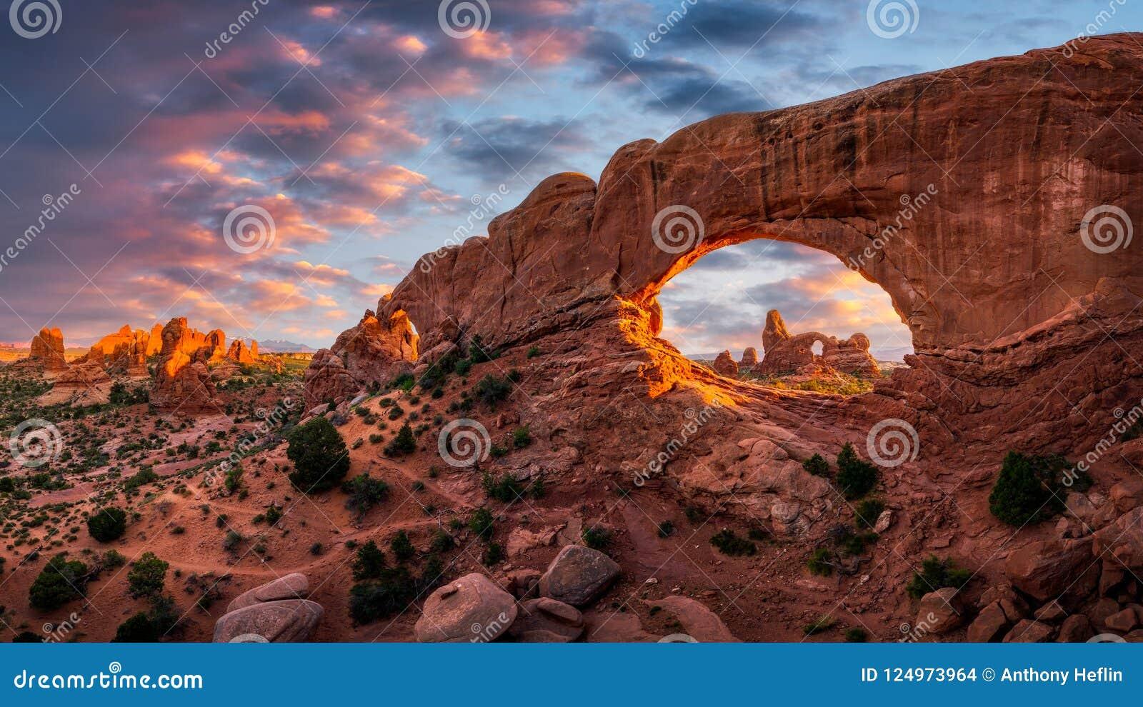 Basculez la voûte, coucher du soleil scénique, parc national de voûtes