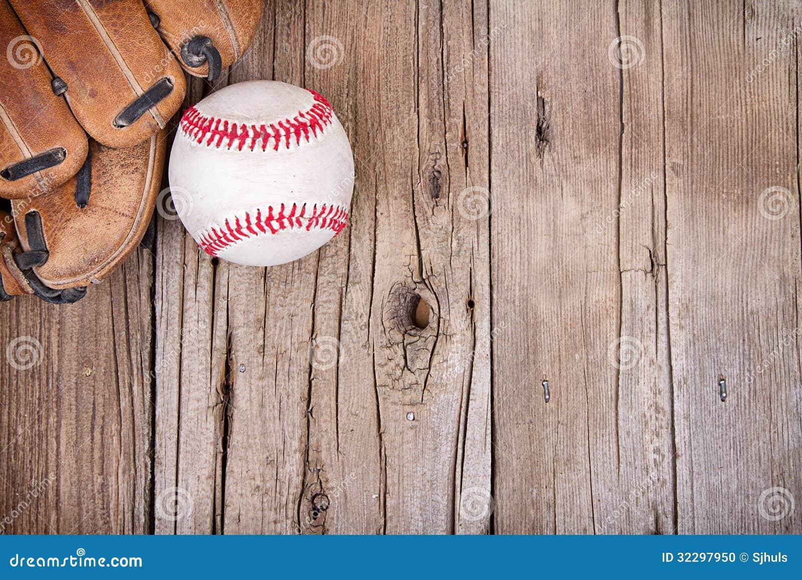Base-ball et gant sur le fond en bois