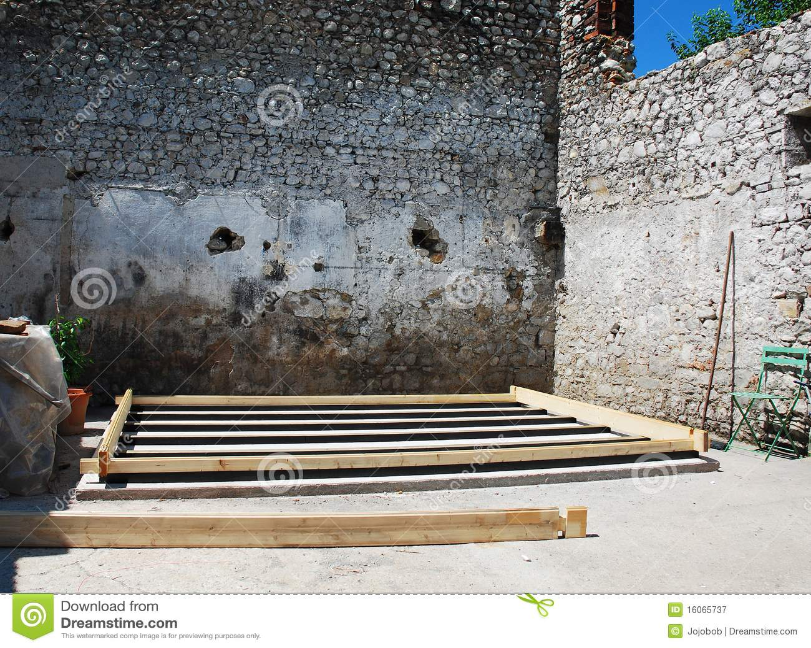 Base Concr u00e8te Et En Bois Pour La Petite Construction Photographie stock libre de droits Image  # Petite Construction En Bois
