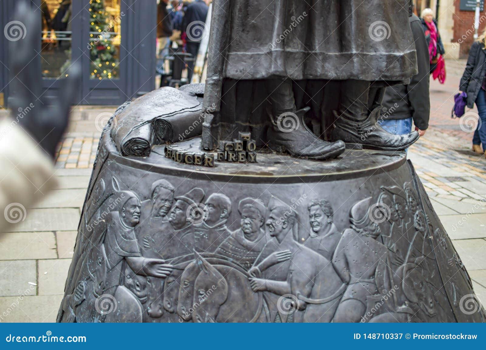 A base da est?tua de bronze de Geoffrey Chaucer na cidade de kent canterbury