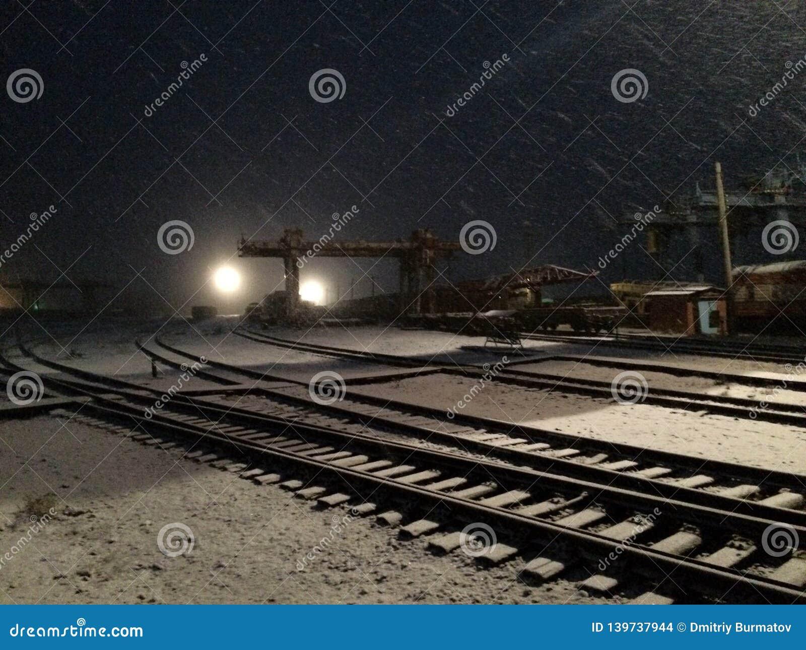 Base de réparation la nuit hiver snowing