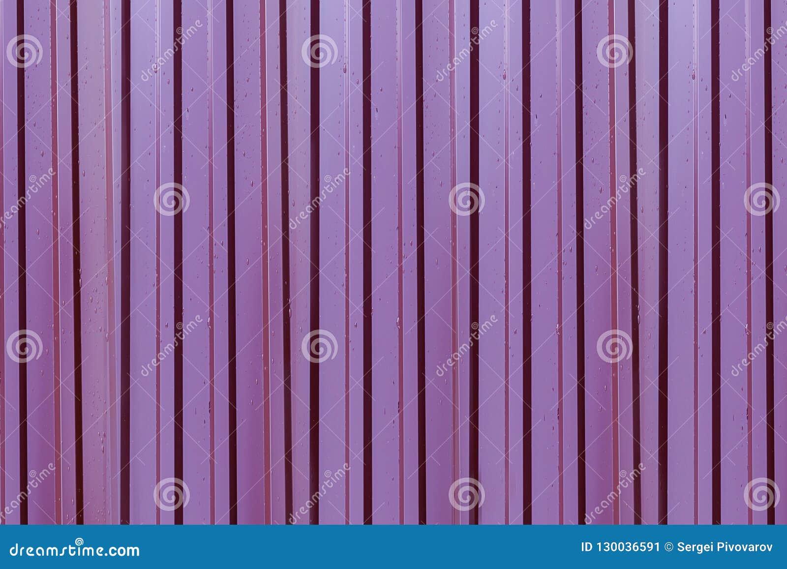 Base do metal escura - linhas verticais rippled vermelhas repetição da superfície coberta com os pingos de chuva