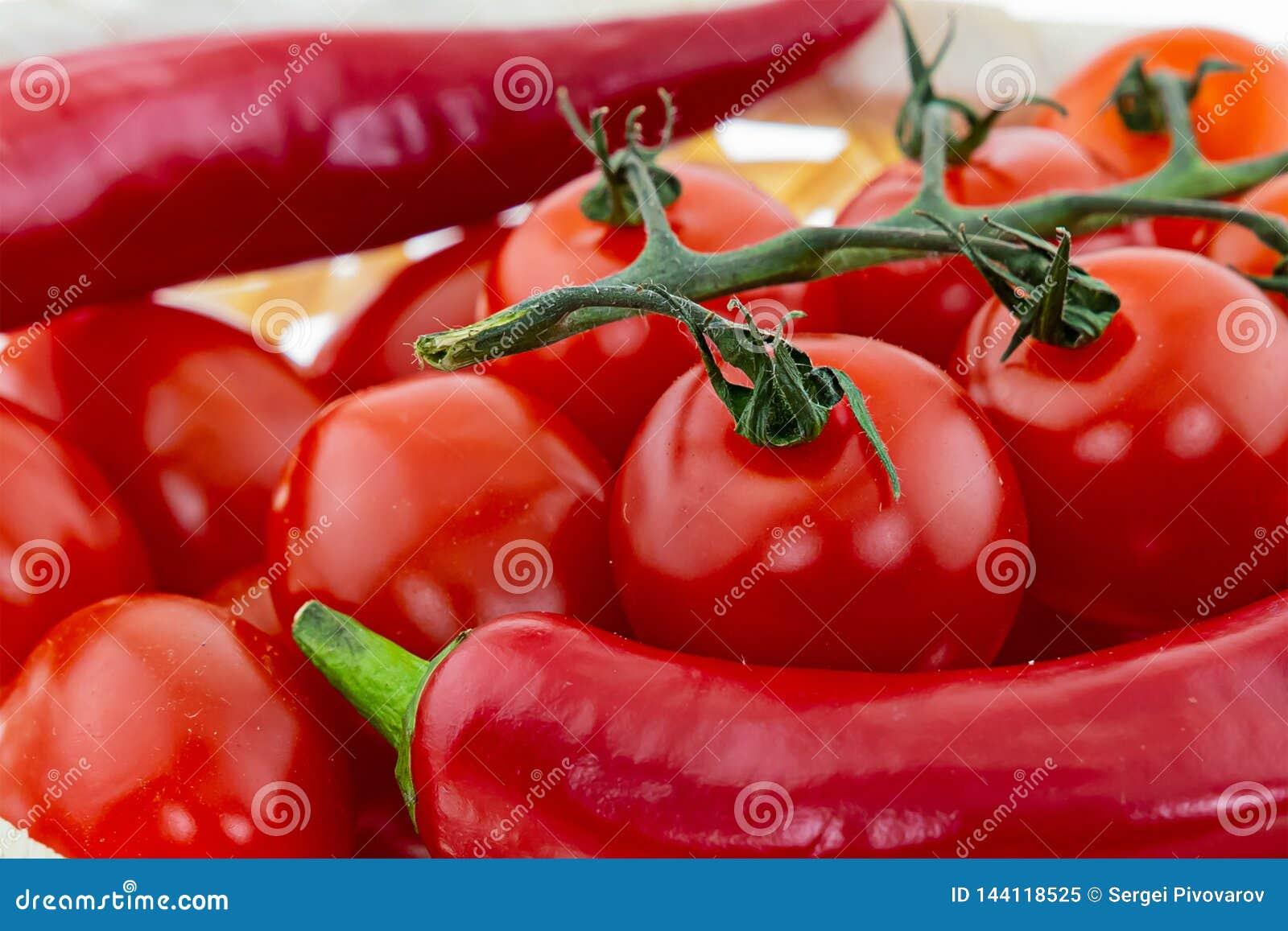 Base en gros plan juteuse rouge de conception de poivre de cerise de légumes brillants mûrs lumineux de tomates-cerises