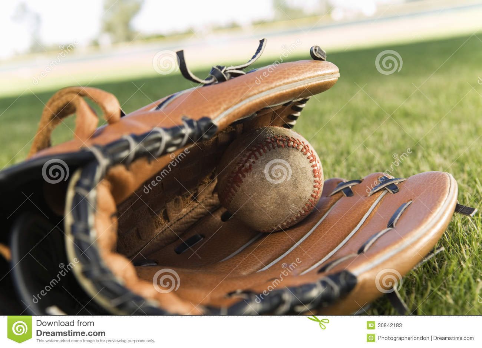 Baseball piłka Na polu I rękawiczka