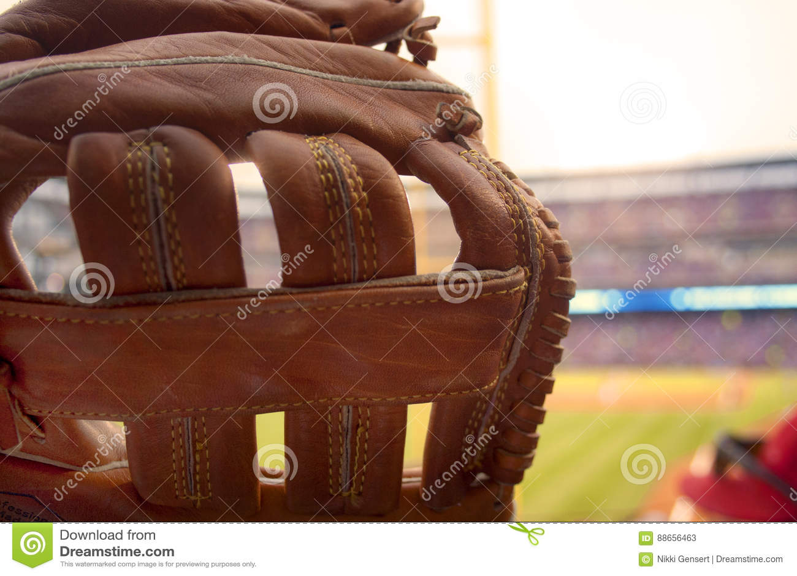Baseball rękawiczka przy baseball grze dla Cuchnącej piłki