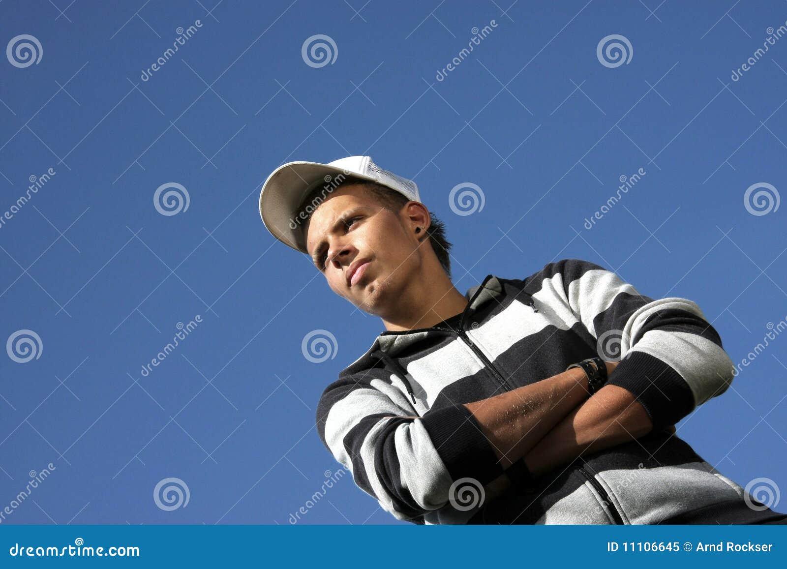 Baseballa nakrętki przyglądający poważny nastolatek