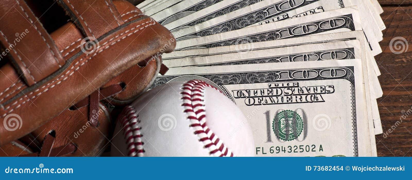 Baseballa piłka, rękawiczka i pieniądze na drewnianym stole,