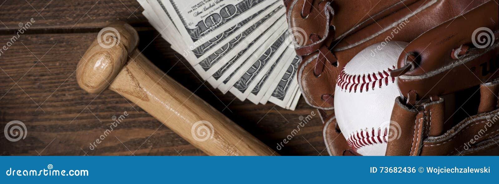 Baseballa piłka, rękawiczka, nietoperz i pieniądze na drewnianym stole,