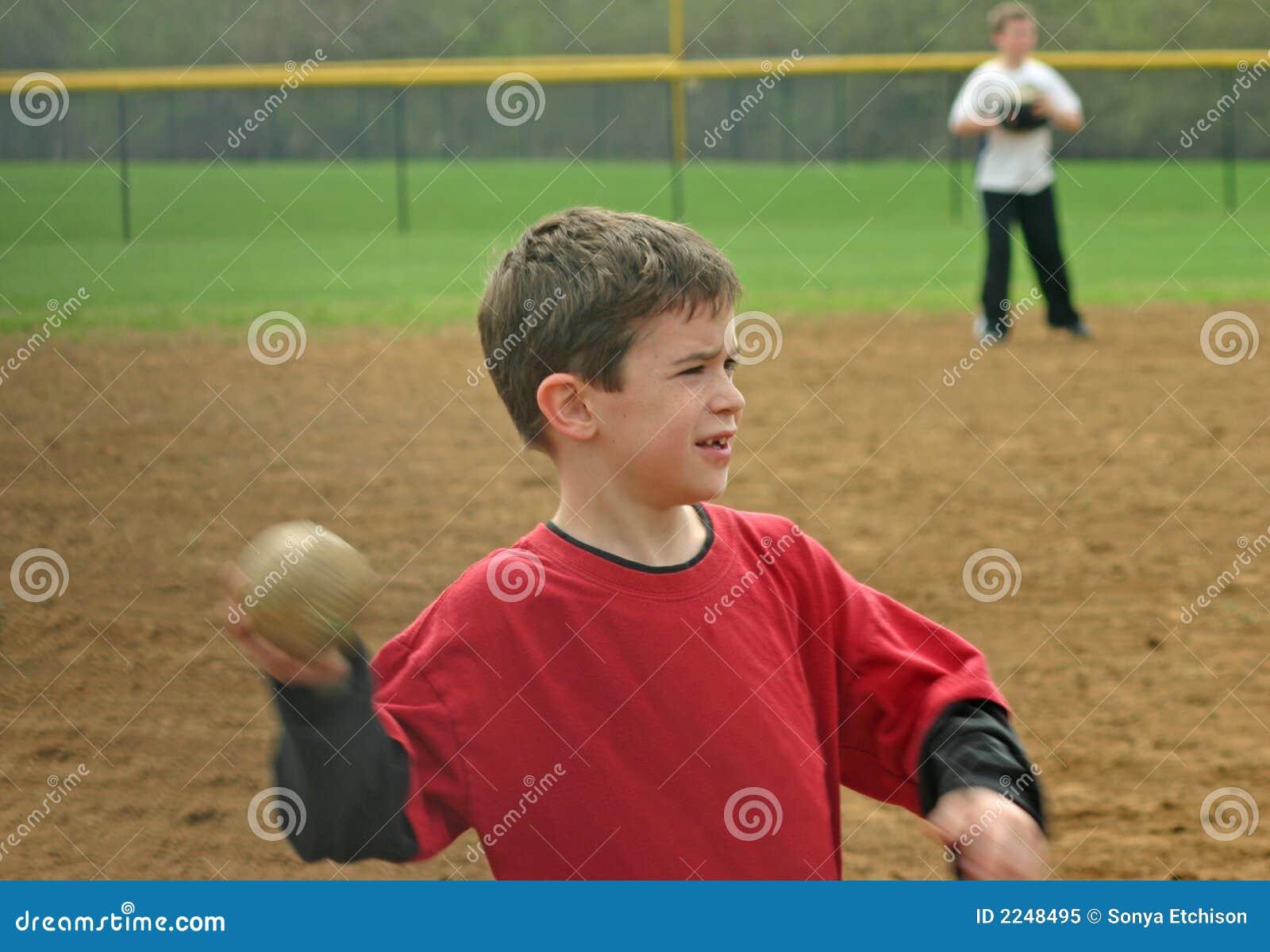 Basebol de jogo do menino