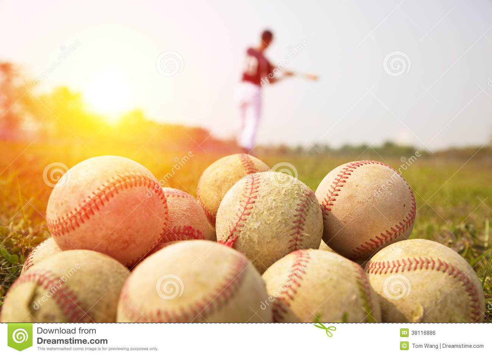 Basebollspelare övar vågen ett slagträ i ett fält