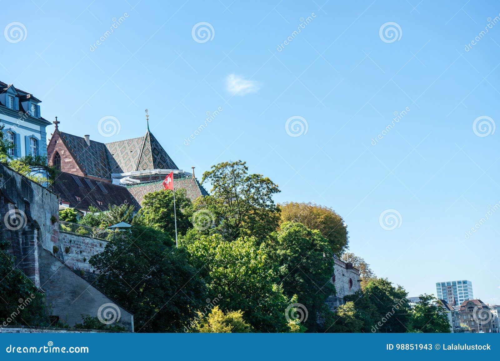 Basel Munster od Rhine rzeczny przyglądający up