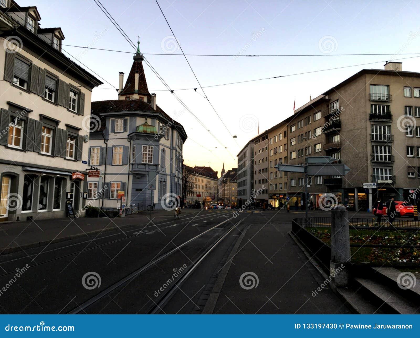 BASEL SZWAJCARIA, LISTOPAD, - 4, 2016: Stary miasteczko z główną koleją uliczny widok w zima sezonie