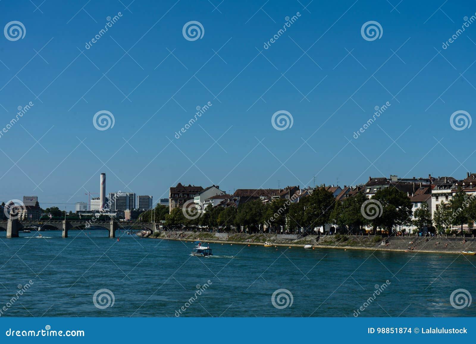 Baselstadssikt från Rhine River som ser mitten