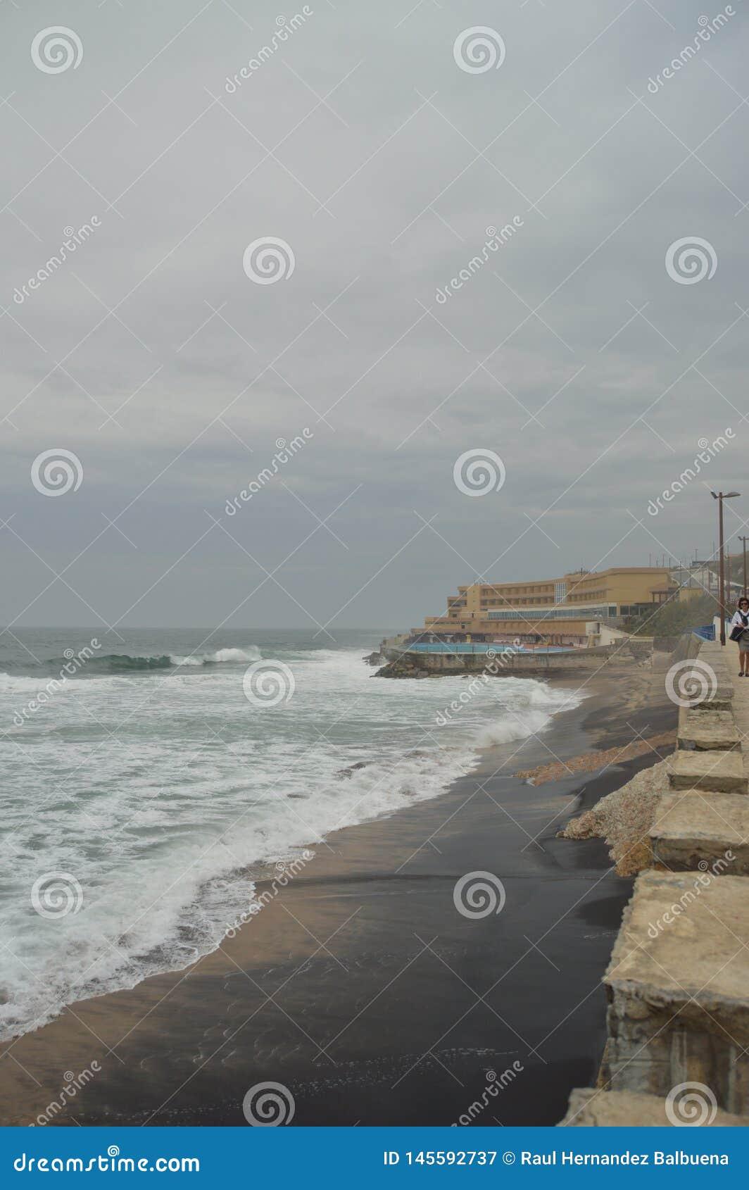 Basen hotel Przy końcówką fotografia Na Chmurnym dniu Przy Playa Grande W Colares Natura, architektura, historia, ulica