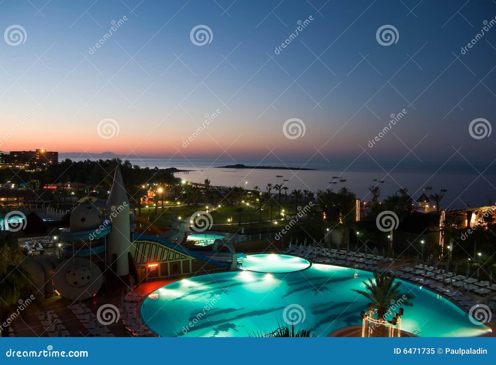 Basen hotelowy widok noc