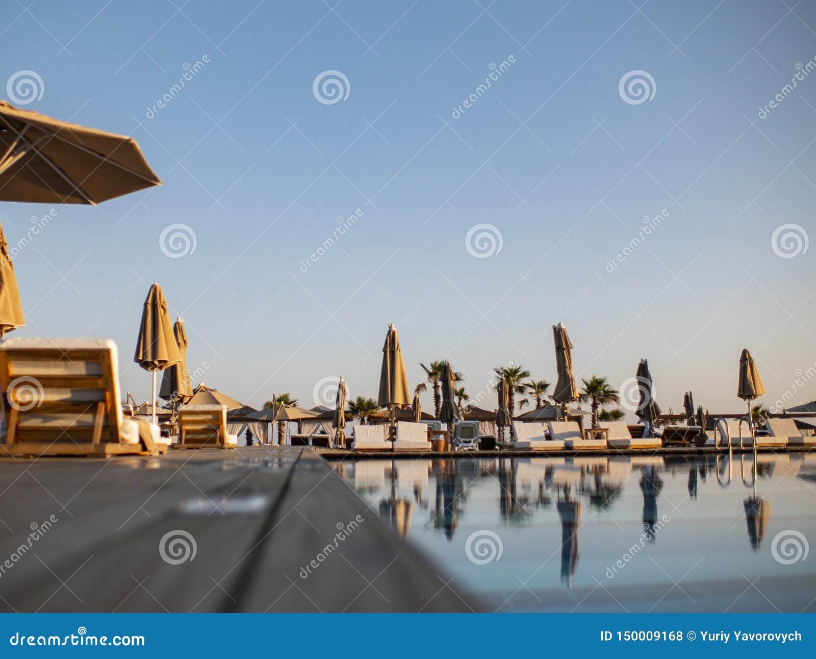 Basen luksusowy wakacyjny hotel, zadziwiaj?cy widok Relaksuje blisko basenu z por?czem, sunbeds, s?o?c loungers i parasols czeka?