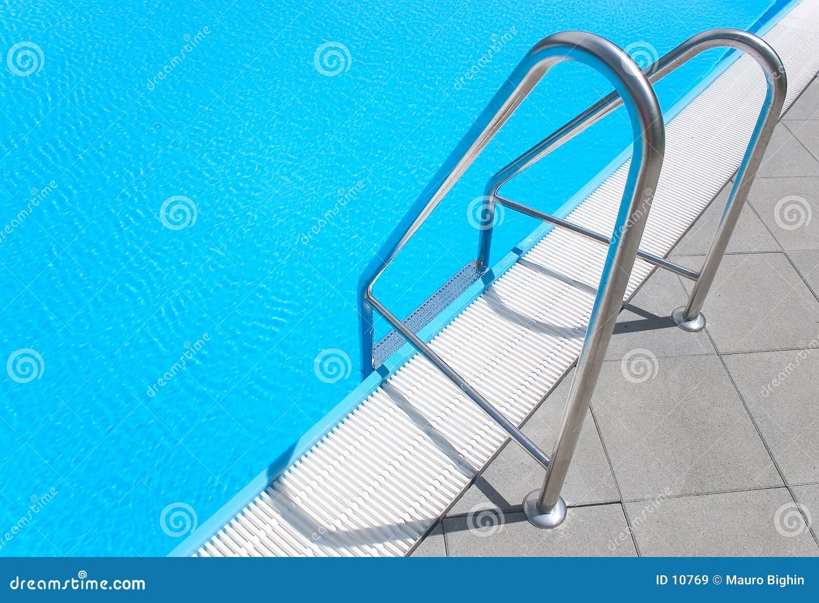 Basen schodka opływa