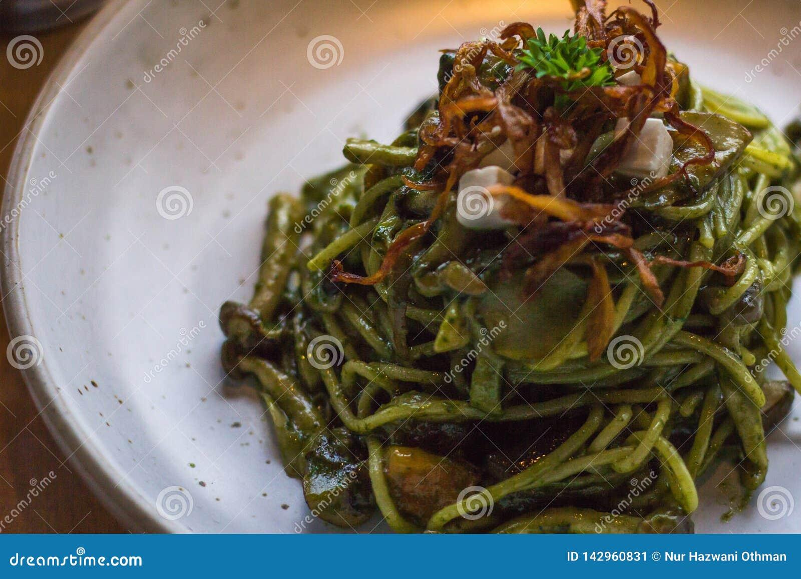 Basil Pesto Pasta med en proper stil