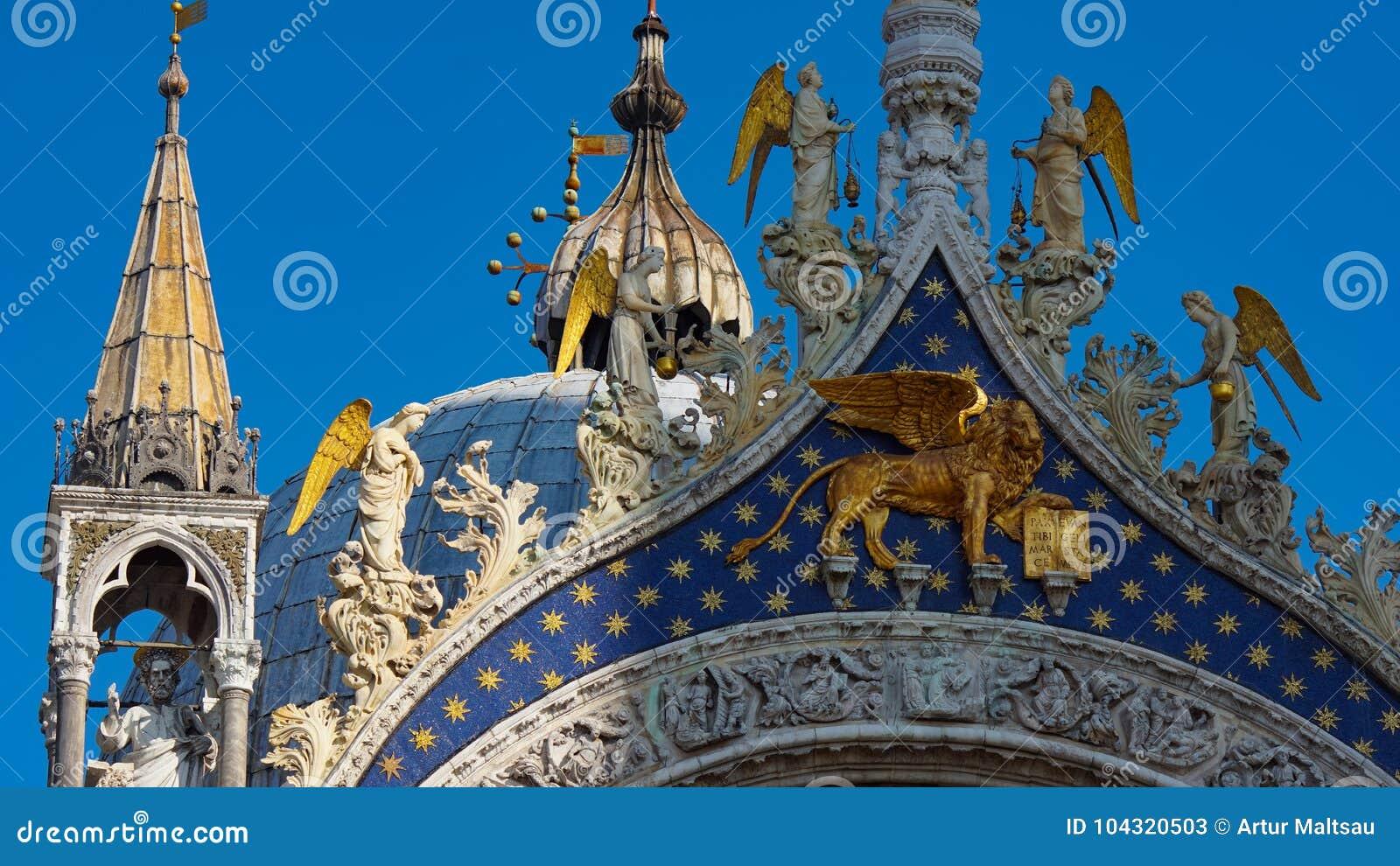 Basilika för St Mark ` s i Venedig, Italien Arkitektoniska detaljer av basilikan för St Mark ` s, Venedig, Italien Guld- lejon fö