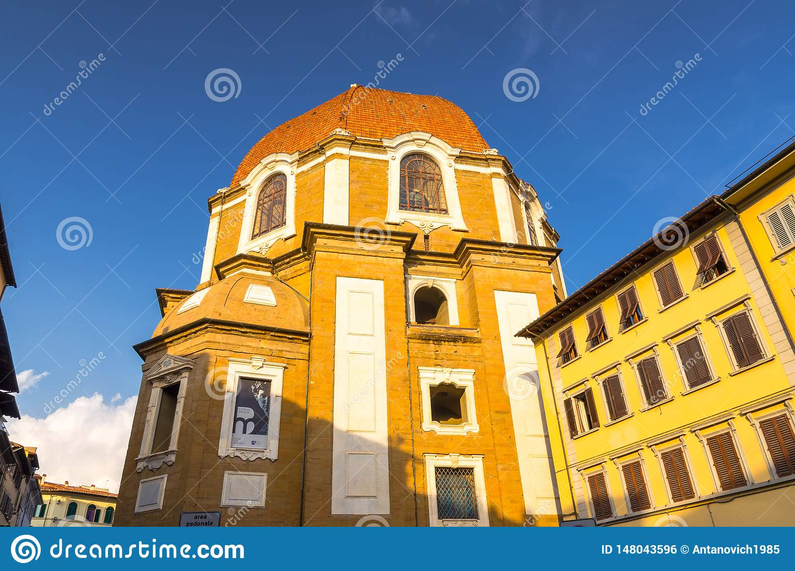 Basilikadi San Lorenzo och Cappelle Medicee kapell på den Aldobrandini för piazzamadonnadegli fyrkanten i historisk mitt av Flore