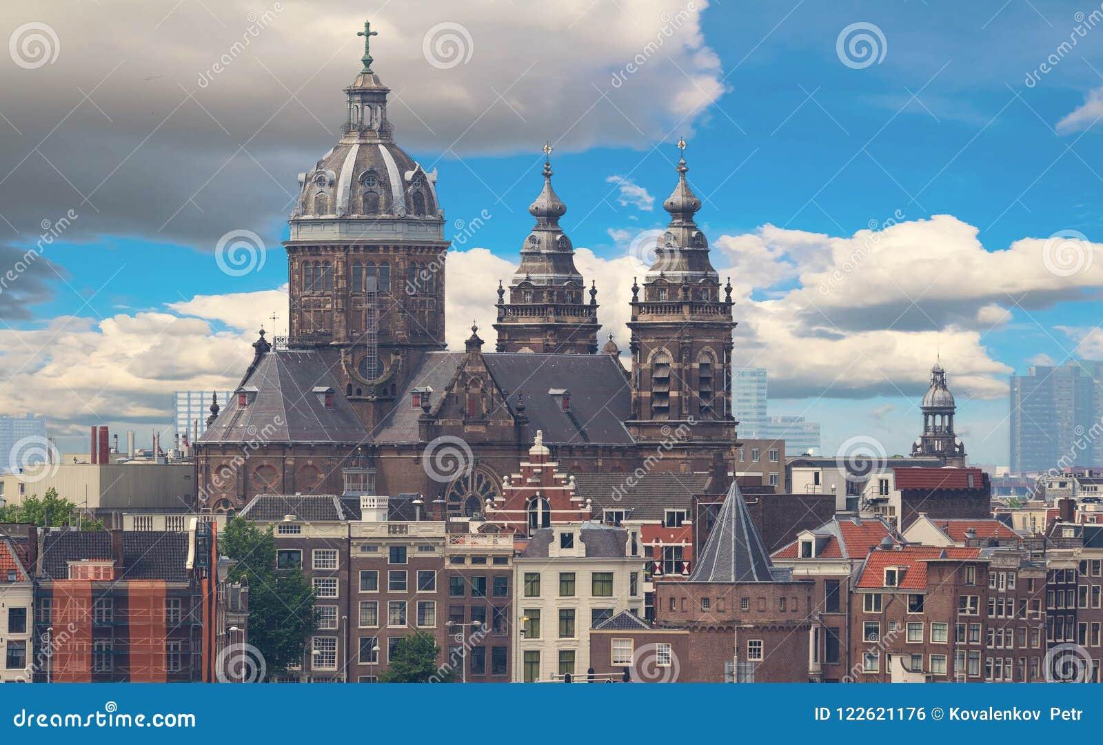 Basilikan av St Nicholas lokaliseras i det gamla mittområdet av Amsterdam, Nederländerna