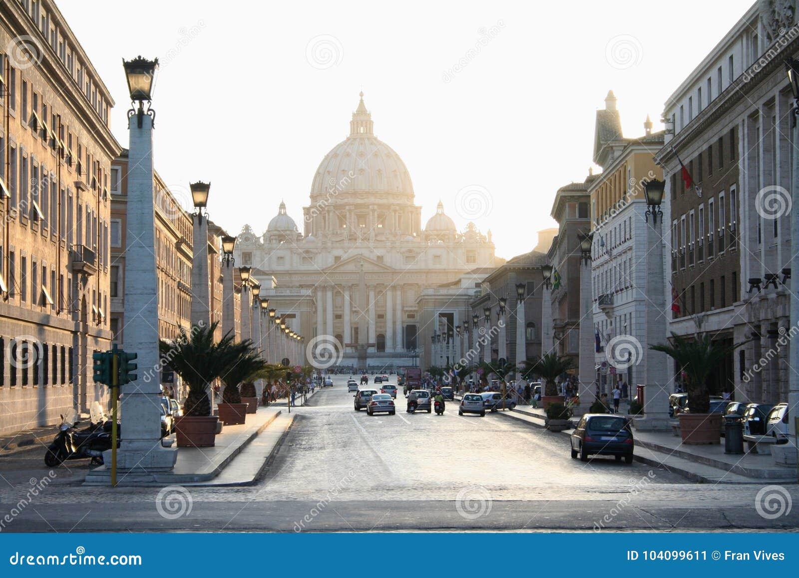 Basilikan av St Peter i Vaticanen med strålar av solnedgångljus