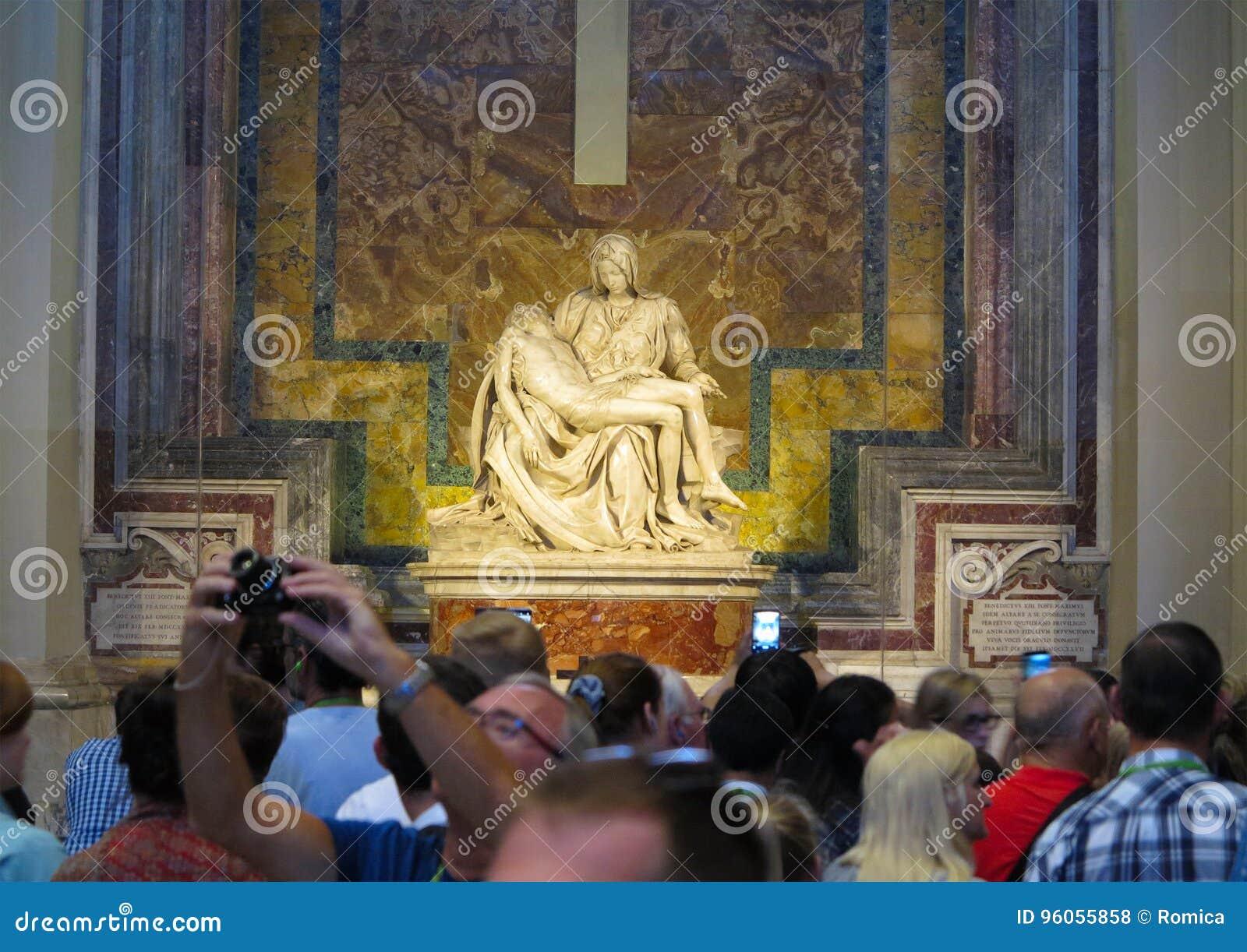 19 06 2017, basilique du ` s de St Peter, Rome : Beaucoup de touristes s approchent de M