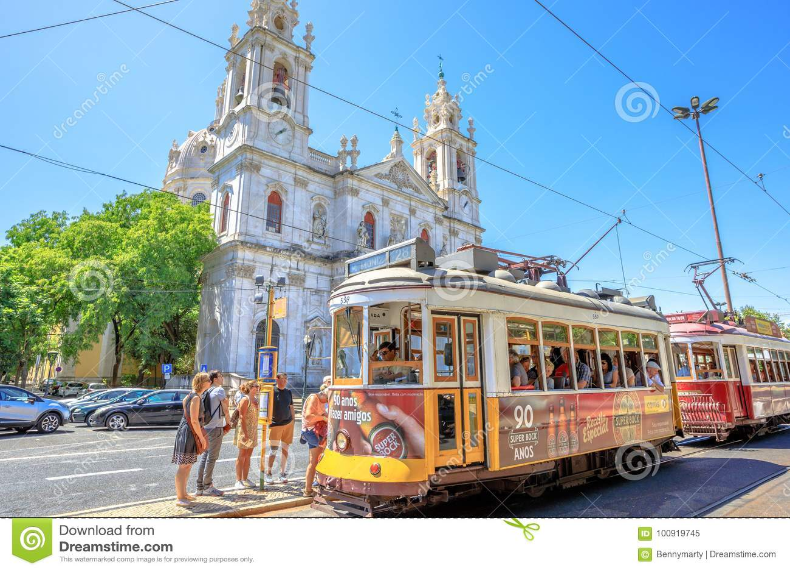 Basilique et tram 28 d Estrela