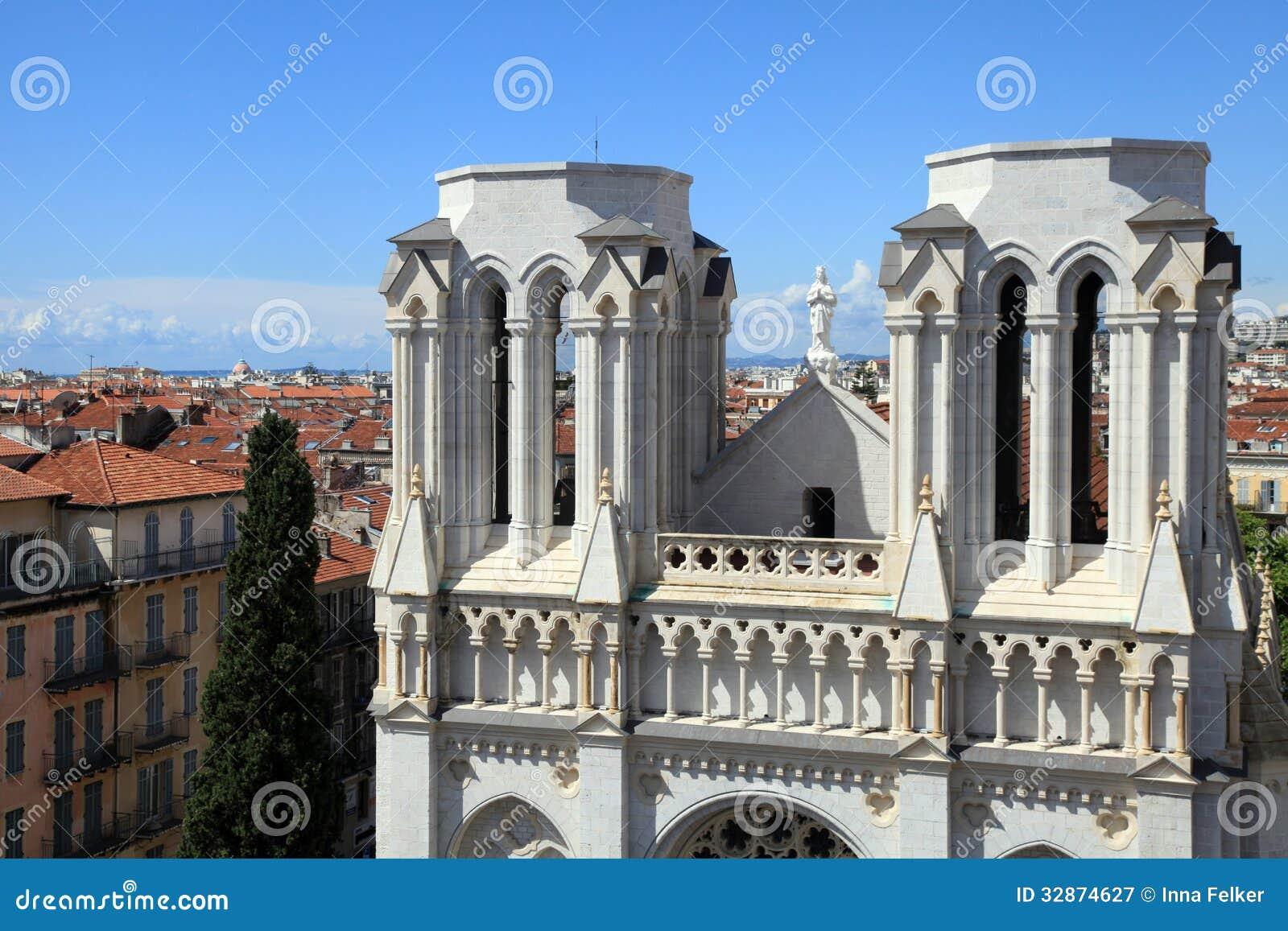 Basilique Notre Dame de Nice e telhados de telha vermelha no centro de