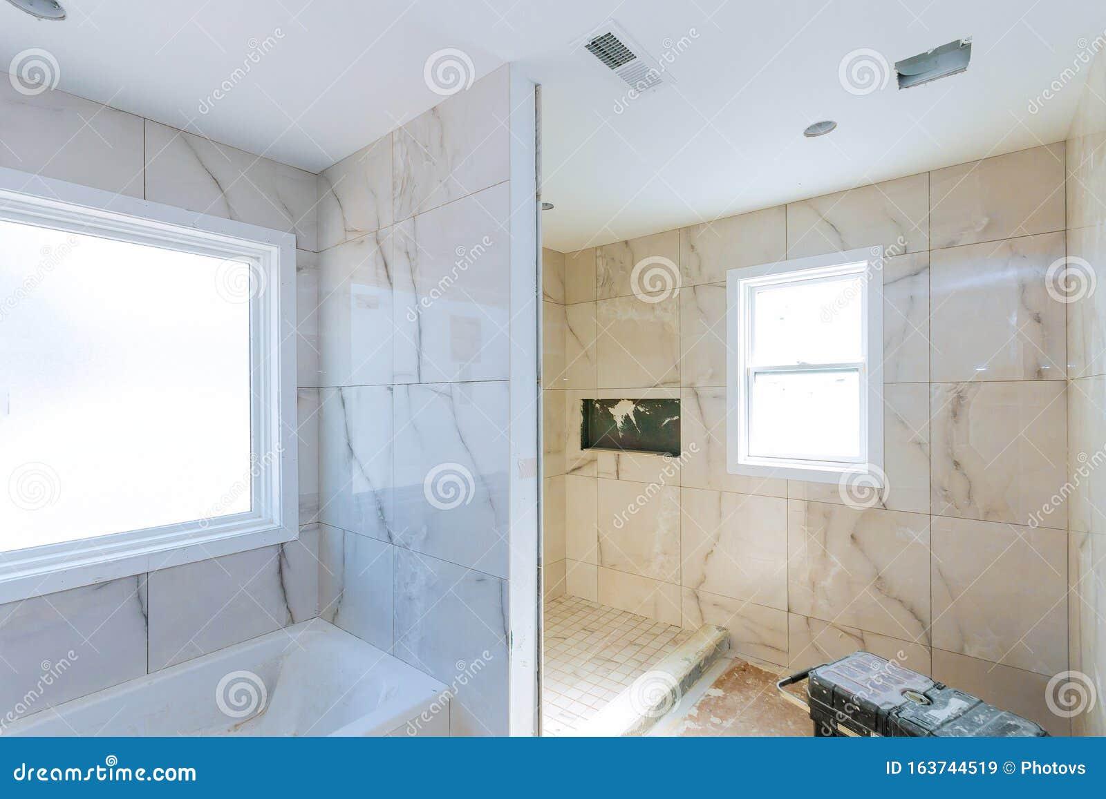 Basisruimte Voor De Reparatie Van Nieuwe Appartementen Installatie Van Binnenbekleding Van Tegels Stock Afbeelding Afbeelding Bestaande Uit Apparatuur Installatie 163744519