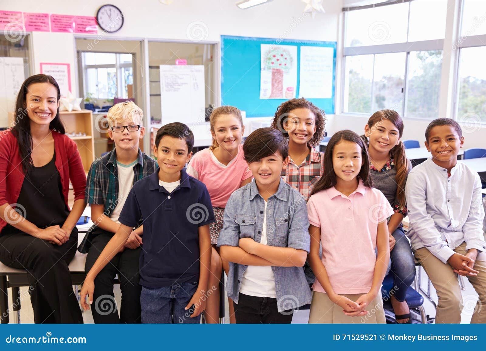 Basisschoolleraar en haar leerlingen in klaslokaal