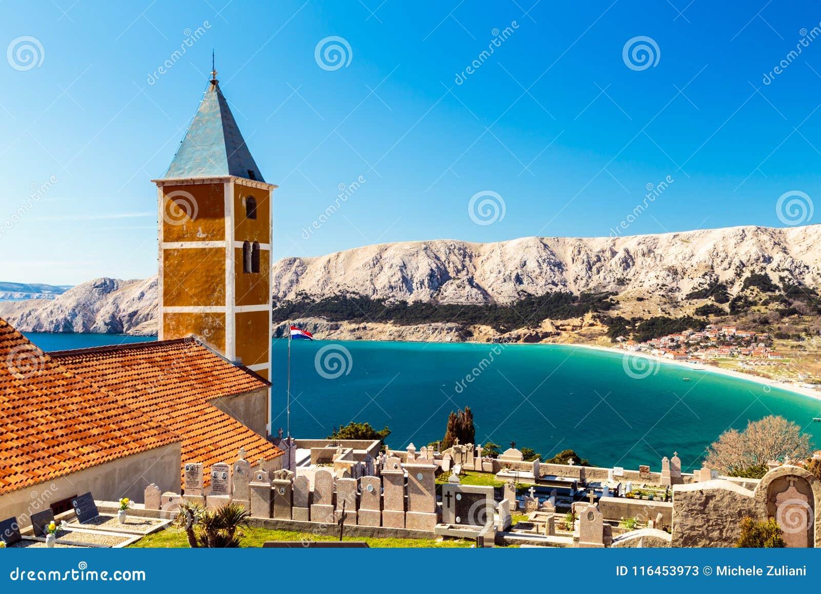 Baska kyrka i en solig dag