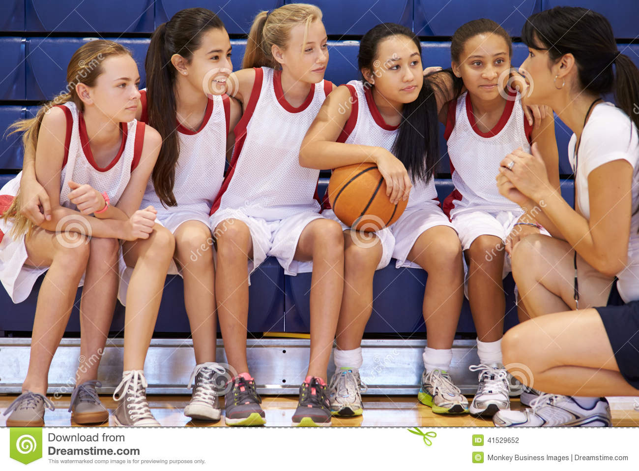 Basket-ball Team Gives Team Talk d école d Of Female High d entraîneur