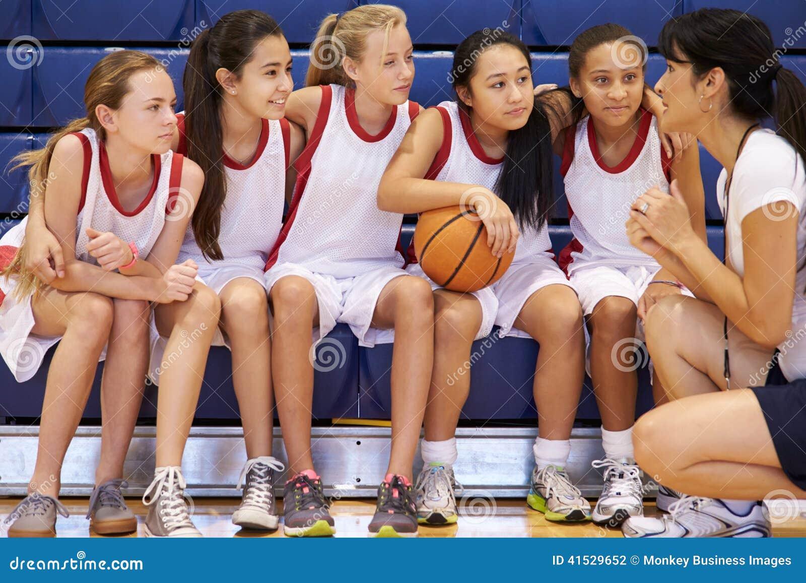 Basket Team Gives Team Talk för lagledareOf Female High skola