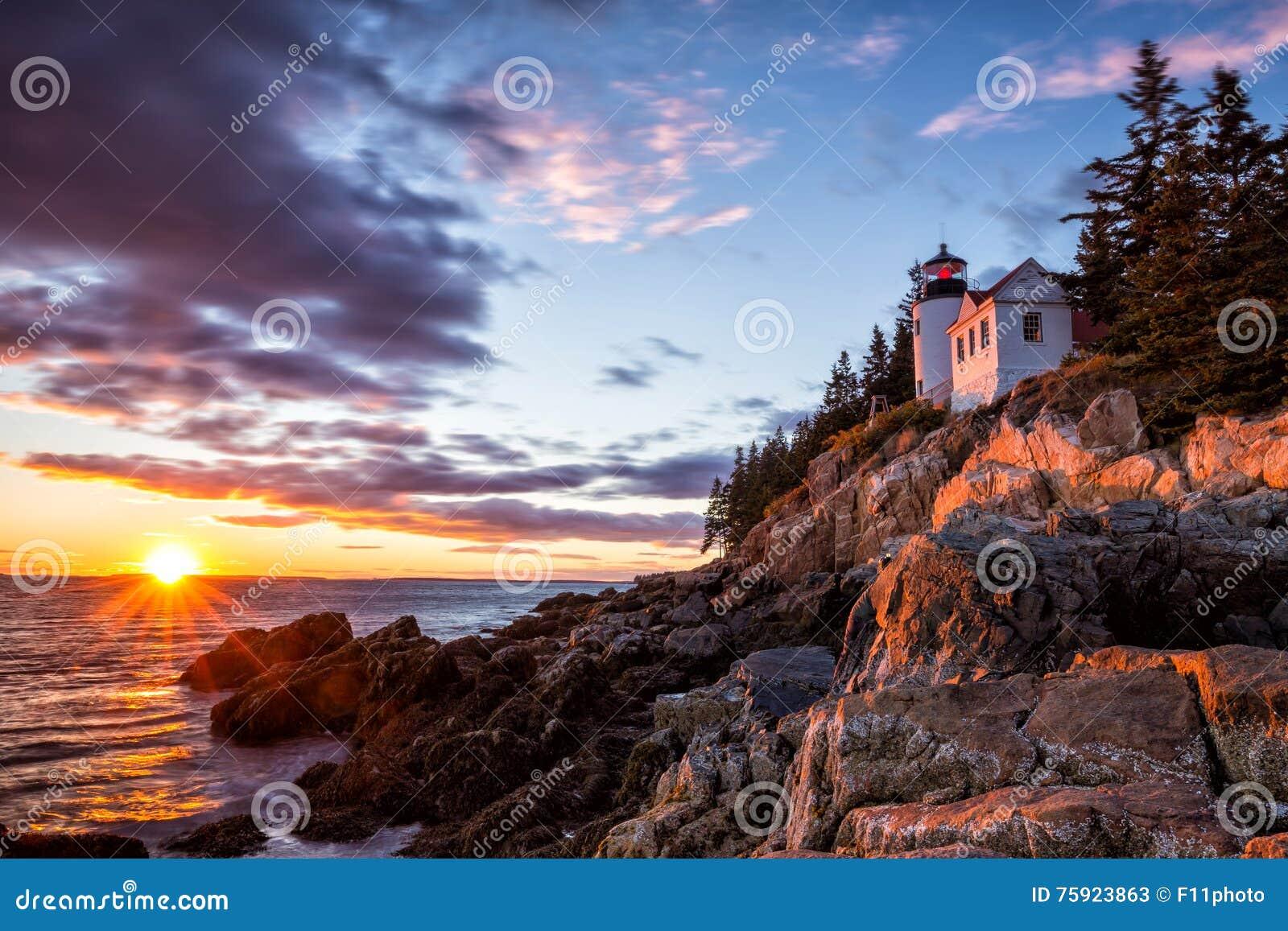 Basowa schronienie latarnia morska przy zmierzchu Acadia parkiem narodowym