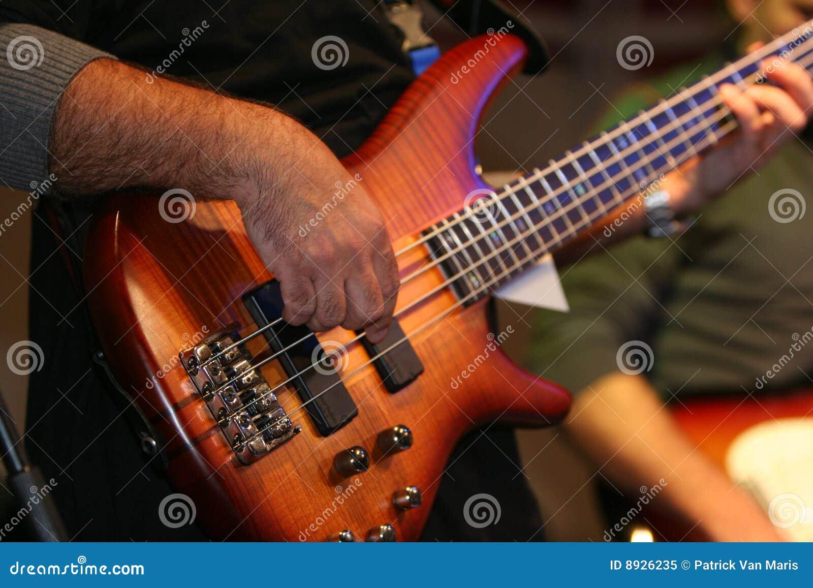 Basowej gitary muzyka bawić się