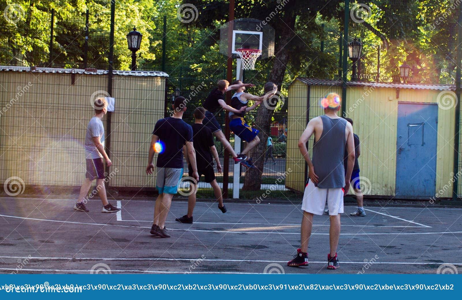 Basquetebol da rua do jogo dos jovens