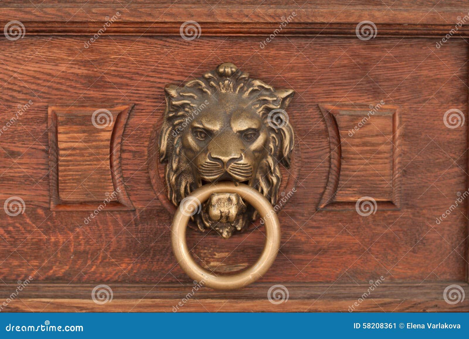 Basrelief de la cabeza de un león con un anillo en su boca