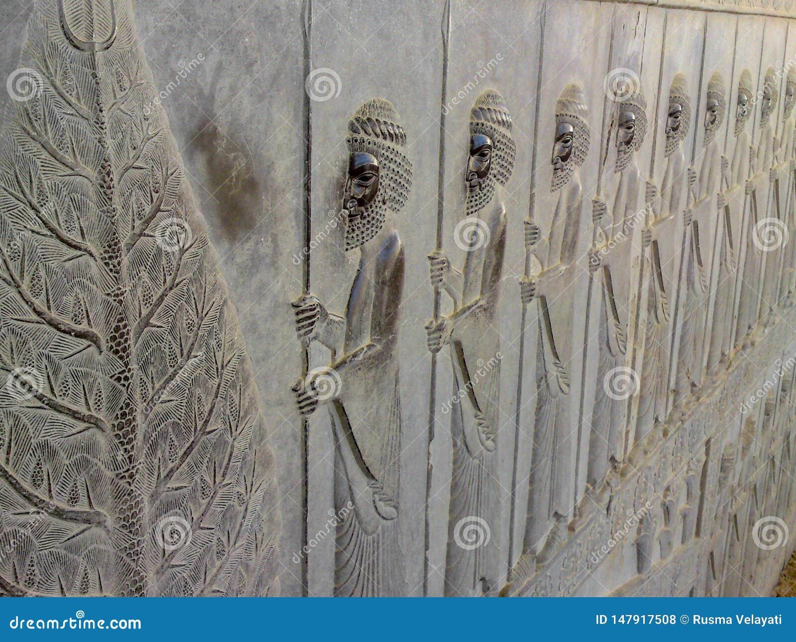 Basrelief visar vakter - krigare av konungen Forntida l?ttnad p? v?ggen av den f?rst?rda staden av Persepolis