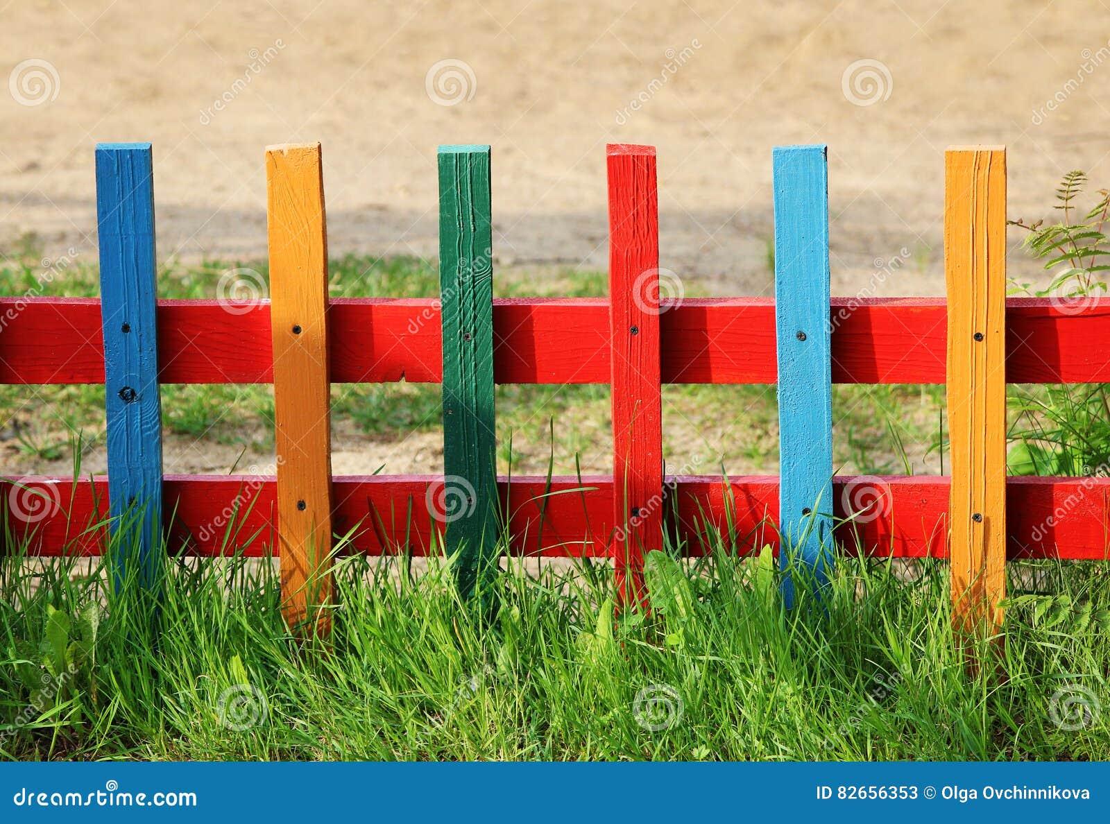 basse barri re en bois multicolore sur le terrain de jeu de jardin d 39 enfants image stock image. Black Bedroom Furniture Sets. Home Design Ideas