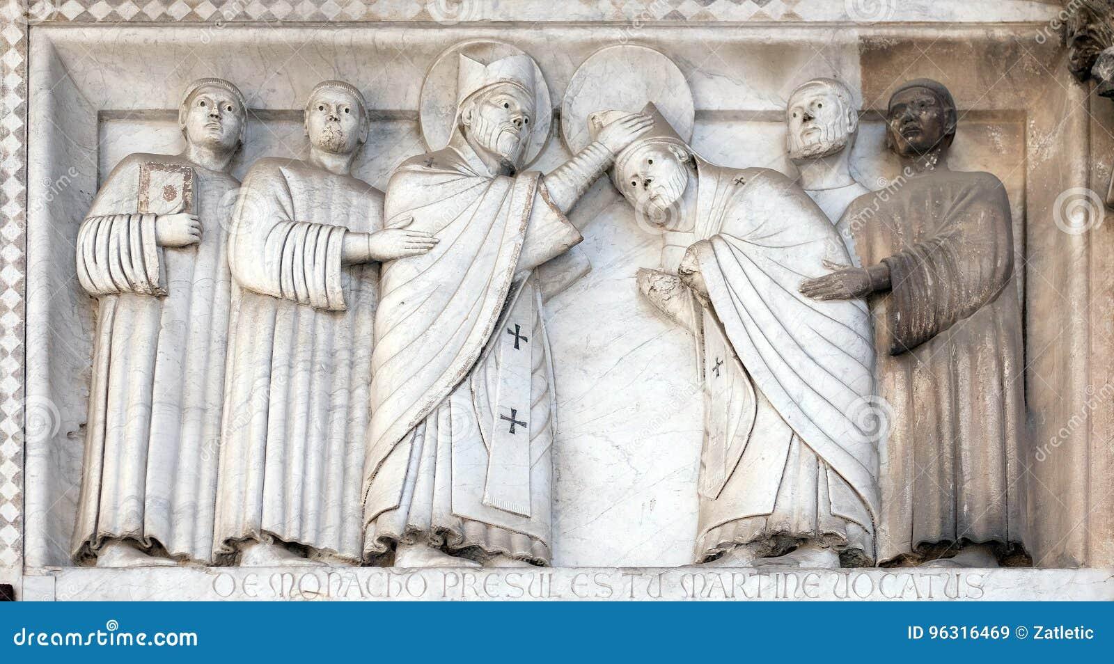 Basse-soulagement représentant les histoires de St Martin, cathédrale de St Martin à Lucques, Italie