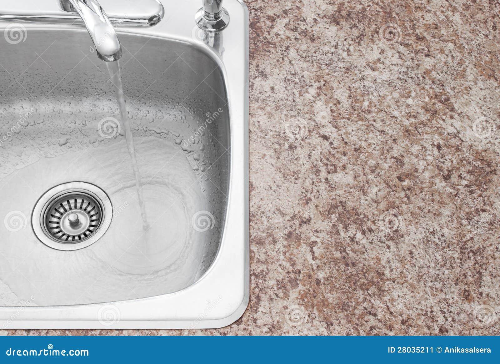 Bassin de cuisine, robinet et détail de partie supérieure du comptoir