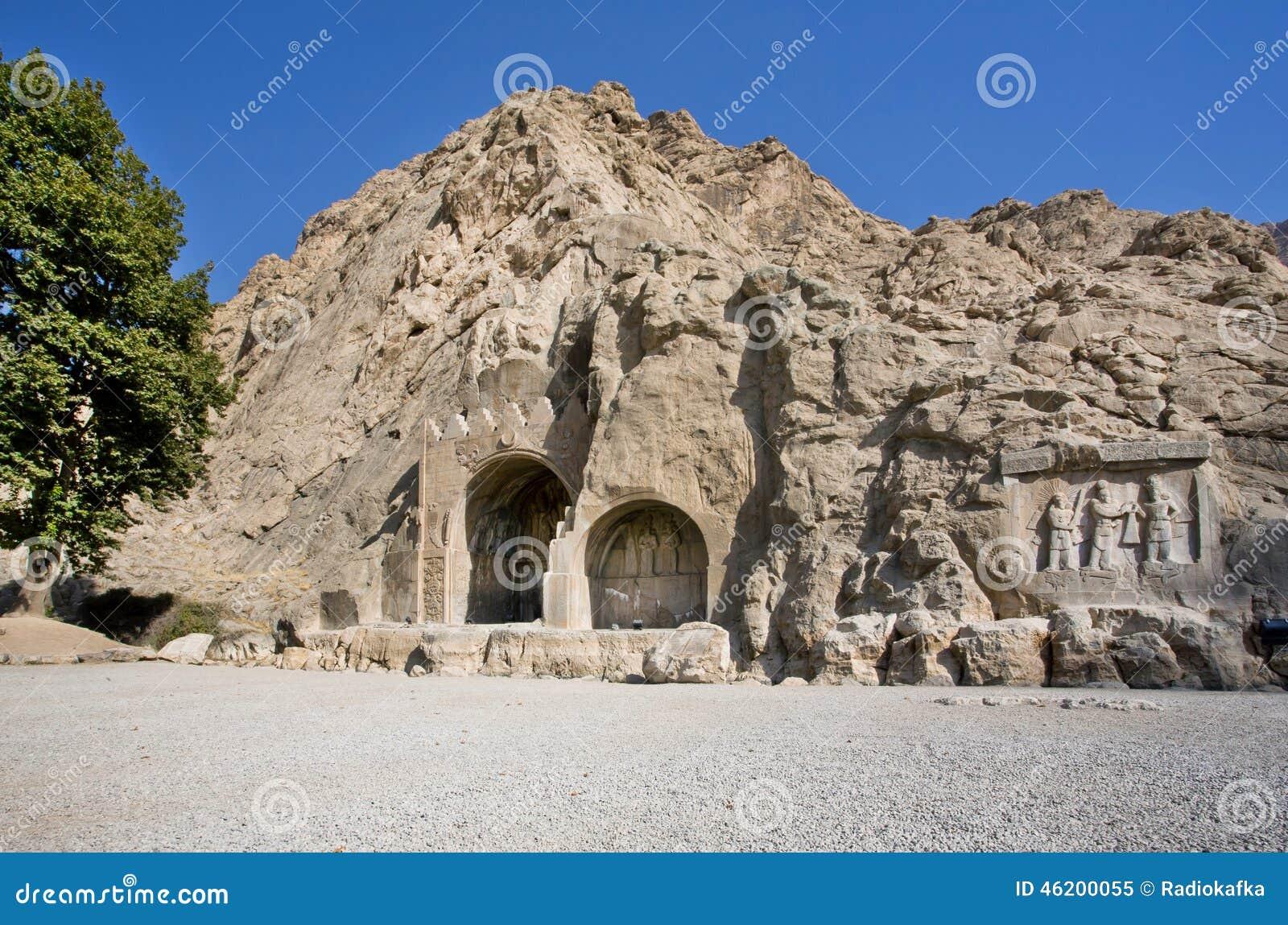 Bassorilievo storico in arché antichi di Taq-e Bostan a partire dall era dell impero di Sassanid di Persia