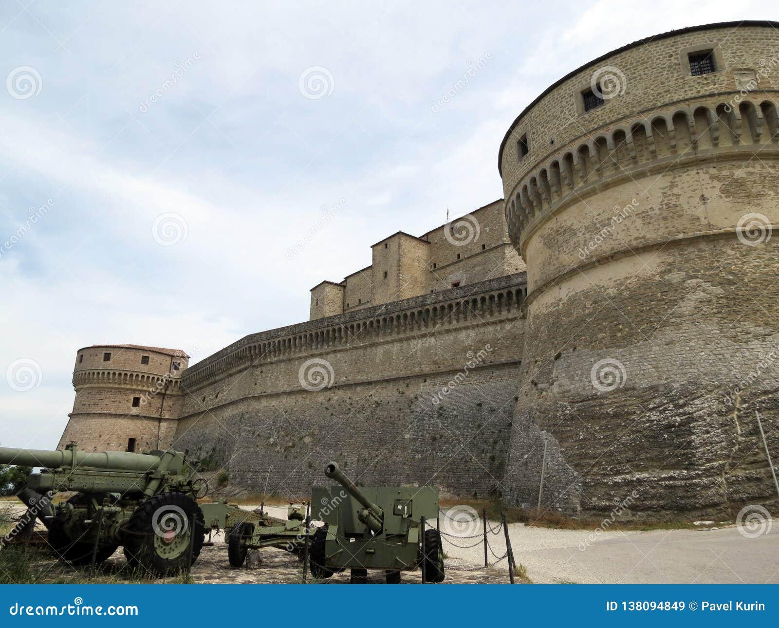 Bastioni ardui della fortezza di San Leo, Italia, Europa