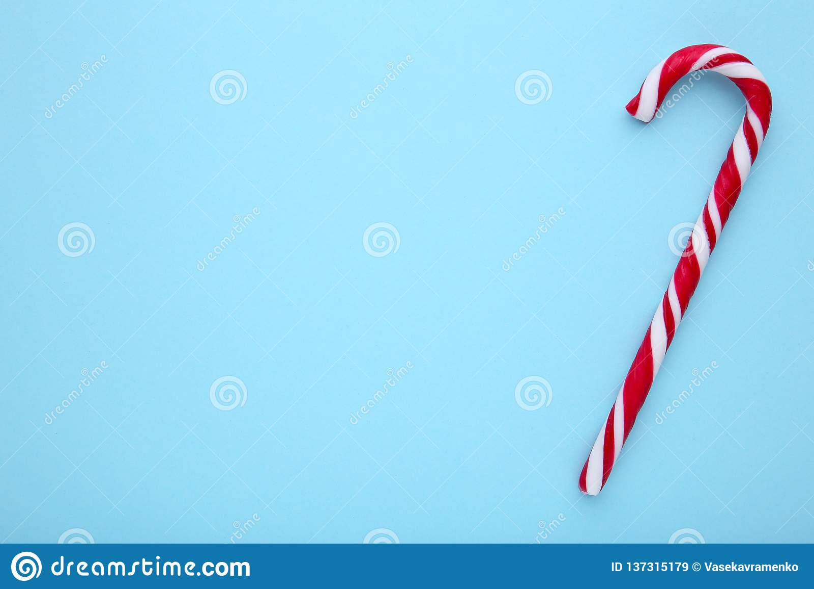 Bastones de caramelo rojos en un fondo azul, dulces